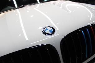 BMW X6 M アルピンホワイト ボンネット2