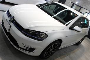 フォルクスワーゲン ゴルフ GTE ピュアホワイト ボンネット1