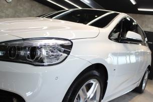 BMW 218d アクティブツアラー アルピンホワイト Mスポーツ ヘッドライト