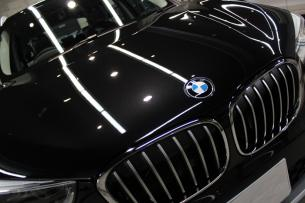 BMW X1 ブラックサファイア ボンネット エンブレム