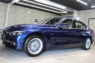 BMW 320d ラグジュアリー メディテラニアンブルー 左ドア