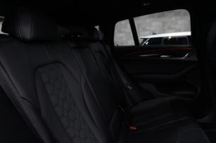 BMW X4 Mコンペティション リアシート