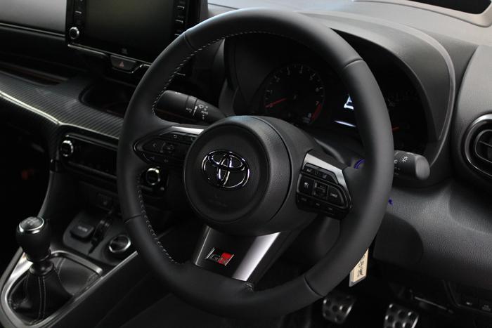 トヨタ GRヤリス プラチナホワイトパールマイカ ステアリングコーティング