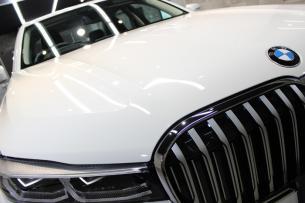 BMW 740i アルピンホワイト ボンネット アップ